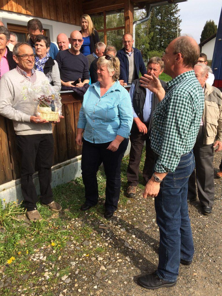 Angela und Andreas Sollinger bedanken sich bei Max Stautner (l.)