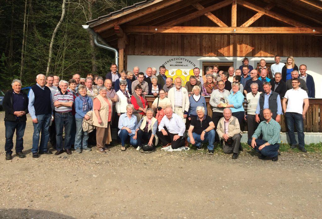 Gruppenfoto mit den Imkern aus Cham und Rosenheim