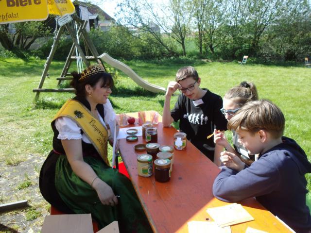 Florian Gebhard, Maria Kienberger und Andreas Plattner (v.l.) bei der Honigverkostung
